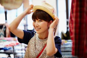 帽子を試着する女性の写真素材 [FYI02060607]