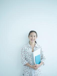 女子大生のポートレートの写真素材 [FYI02060608]
