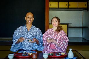 浴衣姿で食事をする外国人カップルの写真素材 [FYI02060619]