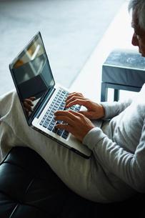 ノートパソコンを操作するシニア男性の写真素材 [FYI02060621]