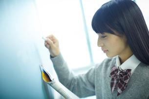 黒板に書く女子学生の写真素材 [FYI02060628]