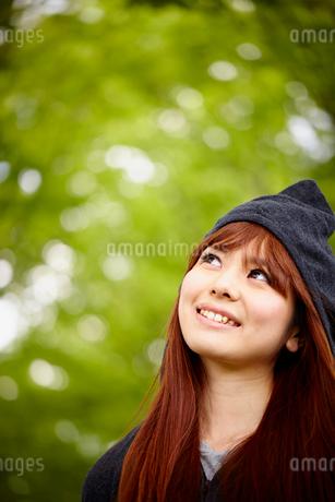 フードを被った若い女性の写真素材 [FYI02060646]