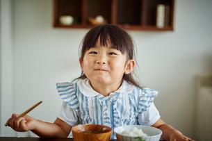 食事をする女の子の写真素材 [FYI02060673]