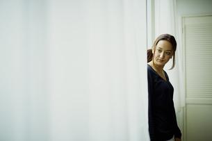 窓辺に立つ女性の写真素材 [FYI02060681]