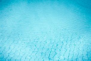 プールの水面の写真素材 [FYI02060686]