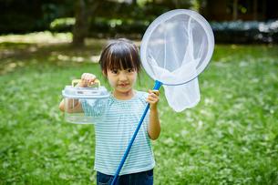 捕虫網と虫かごを持った女の子の写真素材 [FYI02060689]