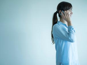 スマートフォンで話すミドル女性の写真素材 [FYI02060692]