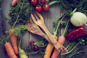 サーバースプーンとフォークとオーガニック野菜の写真素材 [FYI02060704]