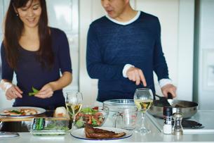 料理をするミドル夫婦の写真素材 [FYI02060709]