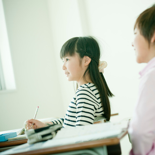 教室で勉強する小学生の女の子と男の子の写真素材 [FYI02060722]