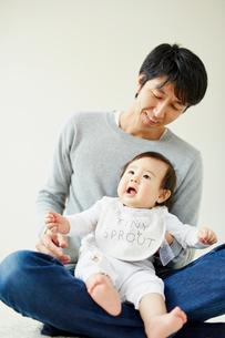 父親に抱かれる赤ちゃんの写真素材 [FYI02060740]