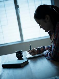 書き物をする女性の写真素材 [FYI02060747]