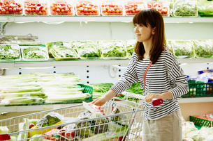 スーパーマーケットで買い物をする女性の写真素材 [FYI02060748]