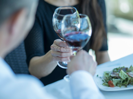 乾杯するミドル夫婦の手の写真素材 [FYI02060766]