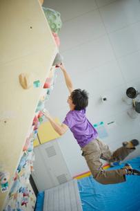 ボルダリングをする男性の写真素材 [FYI02060772]
