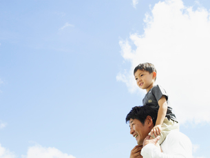 肩車をする男の子とお父さんと青空の写真素材 [FYI02060781]