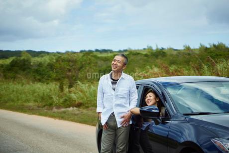 車とミドル夫婦の写真素材 [FYI02060782]