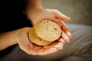 クッキーを持つ女性の手の写真素材 [FYI02060786]