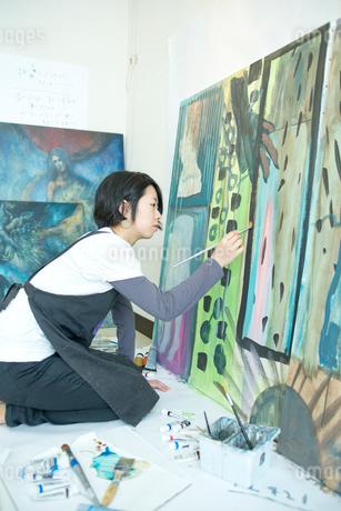 絵を描く女性の写真素材 [FYI02060792]