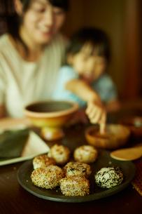 皿の上のおにぎりと親子の写真素材 [FYI02060795]