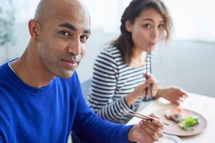 カリフォルニアロールを食べる外国人カップルの写真素材 [FYI02060797]
