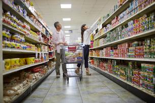 スーパーマーケットで買い物をする夫婦の写真素材 [FYI02060804]