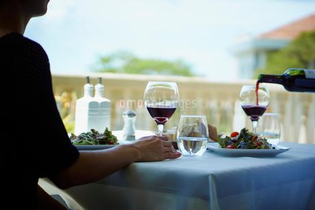 レストランで食事をするミドル女性の写真素材 [FYI02060814]
