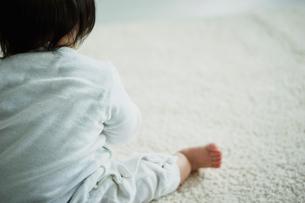 座る赤ちゃんの後ろ姿の写真素材 [FYI02060815]