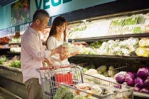 スーパーマーケットで買い物をする夫婦の写真素材 [FYI02060816]