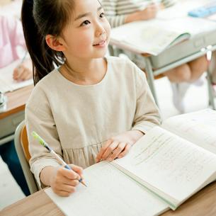 教室で勉強する小学生の女の子の写真素材 [FYI02060821]