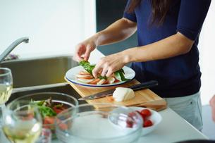 料理をする女性の手元の写真素材 [FYI02060831]