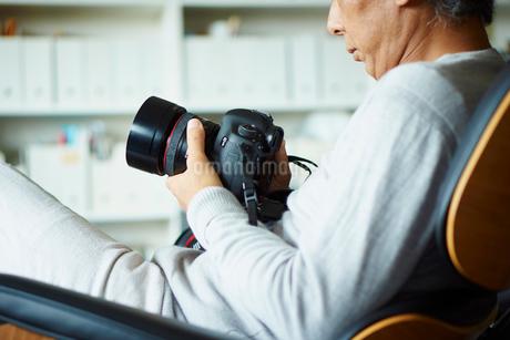 カメラを持つシニア男性の写真素材 [FYI02060837]