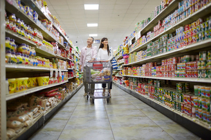 スーパーマーケットで買い物をする夫婦の写真素材 [FYI02060838]
