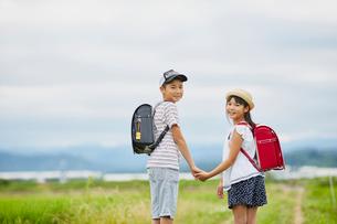 手をつなぐ小学生の兄妹の写真素材 [FYI02060842]