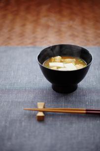 豆腐と油揚げの味噌汁の写真素材 [FYI02060846]
