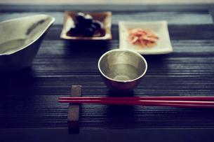 酒器とおつまみと箸の写真素材 [FYI02060847]