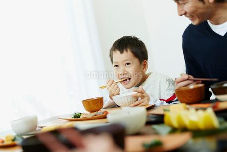 食事をする男の子と父親の写真素材 [FYI02060886]