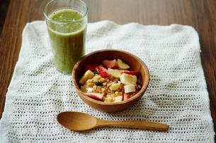 グリーンスムージーとイチゴとバナナをトッピングしたグラノーラの写真素材 [FYI02060887]