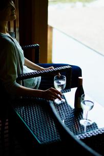 グラスを持つ女性の写真素材 [FYI02060892]