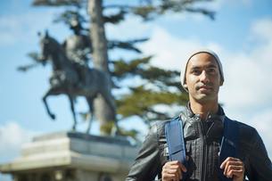 外国人男性と伊達政宗騎馬像の写真素材 [FYI02060893]