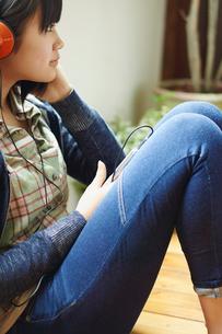 スマートフォンで音楽を聴く10代女性の写真素材 [FYI02060895]