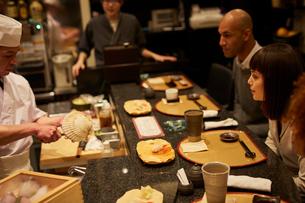 寿司屋で食事をする外国人の写真素材 [FYI02060896]