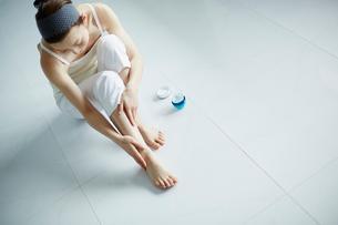 足をマッサージする女性の写真素材 [FYI02060899]