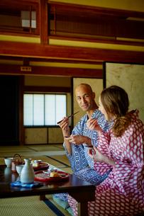 浴衣姿で食事をする外国人カップルの写真素材 [FYI02060904]
