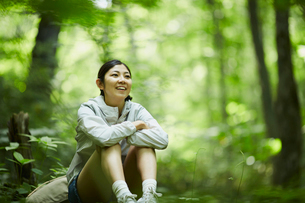 森の中で休憩する女性の写真素材 [FYI02060906]