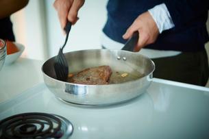 料理をする男性の手元の写真素材 [FYI02060911]