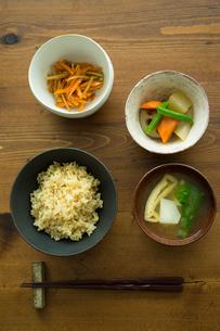 玄米ご飯ときんぴらと筑前煮と味噌汁の写真素材 [FYI02060915]
