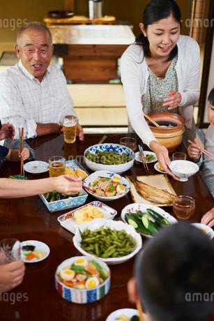 食事をする三世代家族の写真素材 [FYI02060933]