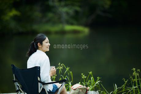 水辺でくつろぐ女性の写真素材 [FYI02060947]