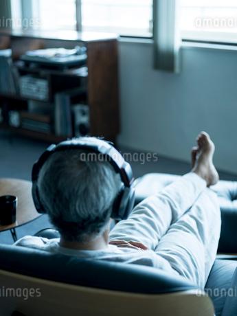 ヘッドフォンで音楽を聴くシニア男性の写真素材 [FYI02060960]